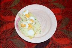 煮熟的芦笋怂恿火腿板材盘桌,荷兰 图库摄影