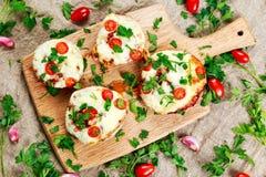 煮熟的蘑菇充塞用乳酪和李子西红柿 图库摄影