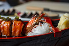 煮熟的虾和寿司卷 库存照片