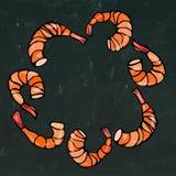 煮熟的虾或大虾鸡尾酒花圈 隔绝在黑板背景乱画动画片葡萄酒手拉的剪影 库存图片