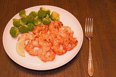 煮熟的虾用柠檬和硬花甘蓝 免版税库存照片
