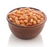 煮熟的豆用在黏土的红色调味汁滚保龄球 免版税图库摄影