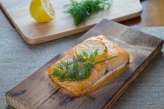 煮熟的雪松板条三文鱼 图库摄影
