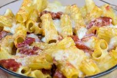 煮熟的面团用乳酪和调味汁 免版税库存照片