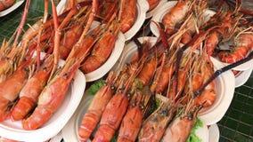 煮熟的龙虾烘烤和木炭格栅的照相机运动在塑料板材的 它是一份传统泰国海鲜食谱 影视素材