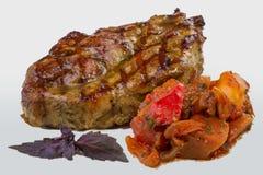 煮熟的水多的猪肉牛排用沙拉 免版税库存照片