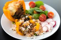 煮熟的peppar用肉和菜 图库摄影