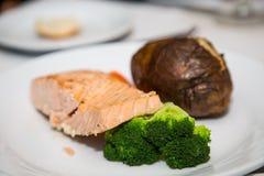 水煮的三文鱼用硬花甘蓝和被烘烤的土豆 库存图片