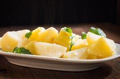 煮的土豆用火箭沙拉 木背景 顶视图 特写镜头 库存照片