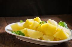 煮的土豆用火箭沙拉 木背景 顶视图 特写镜头 库存图片