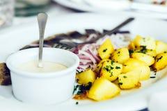 煮的土豆用鲱鱼和葱 免版税图库摄影