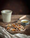 水煮的扇贝和辣海鲜调味料,辣椒,大蒜 免版税库存照片