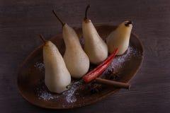 水煮的梨用桂香和辣椒 免版税库存图片