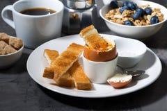 水煮蛋、多士和咖啡早餐 库存图片