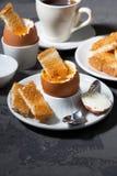 水煮蛋、多士和咖啡早餐 库存照片