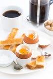 水煮蛋、酥脆多士和咖啡早餐 免版税图库摄影