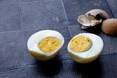 水煮蛋一半和壳风景边 免版税库存照片