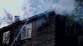 熄灭一个老木房子的燃烧 影视素材