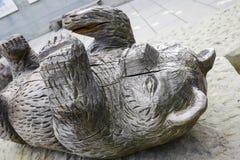熊一个木雕塑在伯尔尼 免版税图库摄影