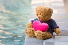 熊和桃红色心脏 图库摄影