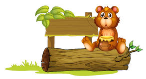 熊坐树干 免版税库存照片