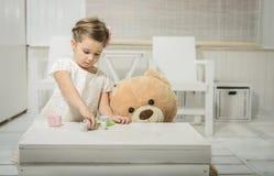熊女孩少许使用的女用连杉衬裤 库存图片