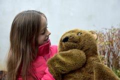 熊少年女孩的女用连杉衬裤 库存图片