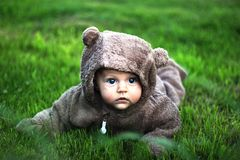 熊服装的婴孩 免版税图库摄影