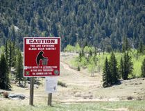 熊栖所的警报信号在原野 免版税库存图片