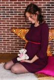 熊概念藏品怀孕怀孕的女用连杉衬裤妇女 库存图片