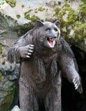 洞穴熊模型在室外主题乐园 库存照片