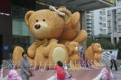 熊父母有两小婴孩的在深圳沿海城市广场 图库摄影