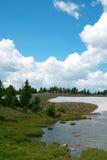 熊牙通行证雪融解在途中的怀俄明向黄石国家公园 库存照片