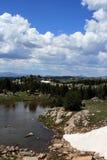 熊牙通行证雪融解在途中的怀俄明向黄石国家公园 免版税库存图片
