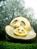 熊猫在熊猫繁殖的研究基地,成都,中国的雕象艺术品 免版税图库摄影