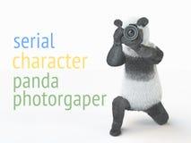 熊猫animail字符摄影师照相机采取图片被隔绝的背景3d cg回报例证 免版税库存图片