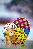 熊玩具和心脏 库存照片