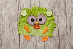 熊由绿色菜做成在木板条 图库摄影