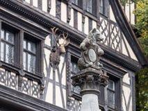 熊的雕象坐杆在入口对在Pelesh城堡附近的酒吧豪华锡纳亚,位于罗马尼亚 免版税库存图片