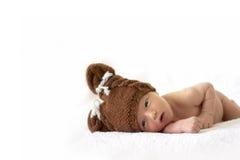 熊盖帽的新出生的婴孩 库存图片