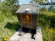 熊证明由湖的垃圾容器 库存图片