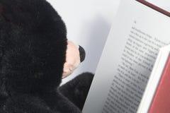 熊读取女用连杉衬裤 免版税图库摄影