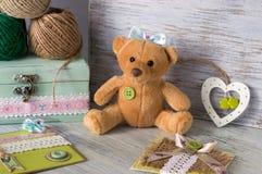 熊软的玩具 玩具涉及与心脏和手工制造明信片的桌 库存图片