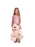 熊逗人喜爱的女孩女用连杉衬裤 摆在与玩具的时兴的孩子隔绝在白色背景 儿童无罪概念 库存图片