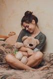 熊逗人喜爱的女孩女用连杉衬裤 免版税库存照片