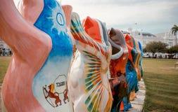 熊雕象包括五颜六色绘与旗子 免版税库存图片