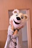 熊面具的女孩 免版税库存图片