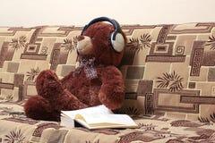 熊,耳机,书 库存图片