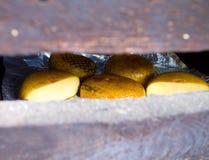 熏制的乳酪Adygei的生产 免版税库存照片
