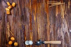 熏制的啤酒快餐的构成:盐味的乳酪、油煎方型小面包片和瓶盖启子在木背景 免版税库存照片